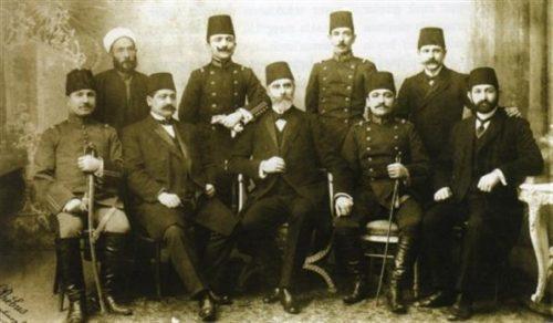 İKİNCİ MEŞRUTİYET 1889 yılında İttihat ve Terakki Cemiyeti kurulur. Abdülhamid Han 1908'de anayasayı yeniden yürürlüğe koymak zorunda kalır ve II. Meşrutiyet ilan edilir.