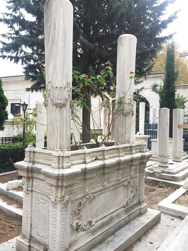 Necib Ahmed Paşa'nın II. Mahmud Türbesi Bahçesindeki Kabri. Divanyolu 2. Mahmud Sultan Abdülaziz Ve 2. Abdülhamid Osmanlı Türbeleri